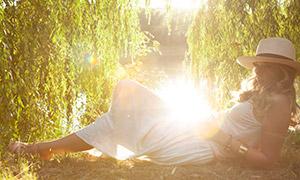 河边白裙卷发美女逆光摄影高清原片