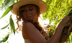 双手抓枝叶的模特美女摄影原片素材