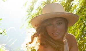戴帽子的卷发美女模特摄影高清原片