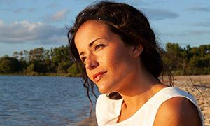 沙滩上面带笑容的美女人物摄影原片