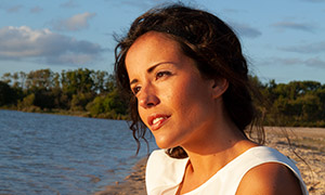 沙滩上看着海景的美女人物高清原片