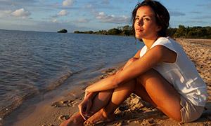 在看着海景的美女人物摄影原片素材