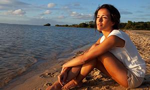 在看着远方海景的美女摄影高清图片