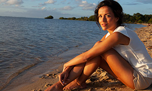 沙滩上的开心美女人物摄影原片素材
