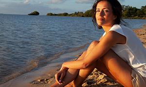 海边的无袖装美女人物摄影原片素材