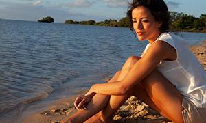 坐在沙滩上的休闲美女摄影高清原片