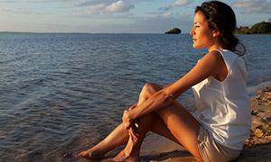 在沙滩上观海景的美女写真摄影原片