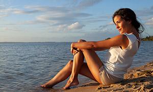 天空白云大海沙滩美女摄影原片素材