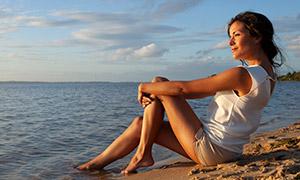 在沙滩看着海景的长发美女摄影原片