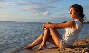 被海水沖刷雙腳的美女攝影高清原片