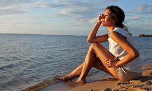 美女人物與遼闊的大海攝影高清原片