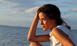 藍天白云大海美女人物攝影高清原片