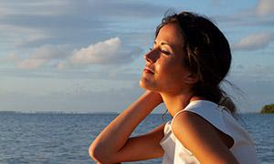 海邊微笑著的美女人物攝影高清原片