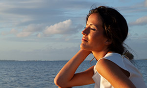 享受着日落时光的美女摄影高清原片
