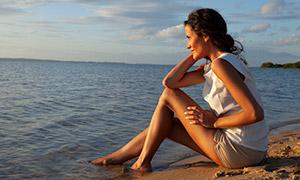 美女人物與平靜的海面攝影高清圖片