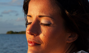 黄昏时分惬意美女人物摄影高清原片