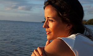 在看着浩瀚大海的美女摄影高清原片