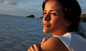 欣赏着海景的美女写真摄影高清原片