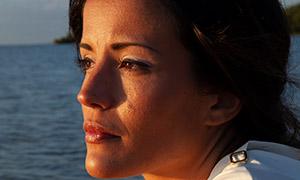 在看着远处海景的美女特写摄影原片