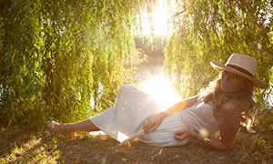 河边半躺着的长发美女人物摄影原片