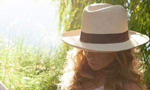 戴帽子的卷发美女人物摄影高清原片