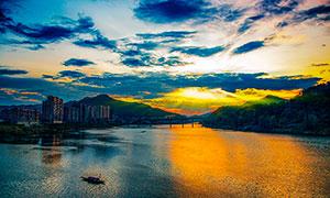 夕阳下城市边美丽的河流摄影图片