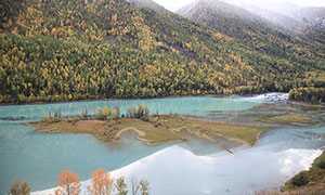 新疆山脚下湖边浅滩摄影图片