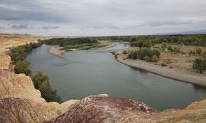 新疆戈壁滩和湖泊摄影图片