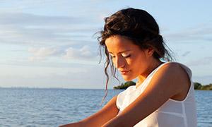 藍天白云大海沙灘美女人像攝影原片