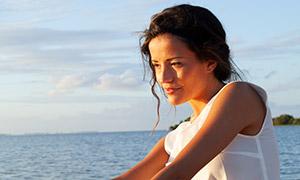 沙灘上的白色無袖裝扮美女攝影原片