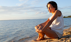 海边沙滩上的休闲美女摄影原片素材