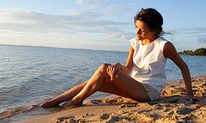 沙灘上休閑愜意的美女攝影原片素材