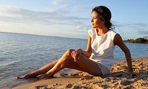 在看著海天一色風光的美女攝影原片