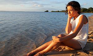 在海边吹着海风的美女摄影高清原片