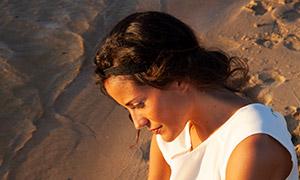 沙灘上的長發休閑美女人物攝影原片