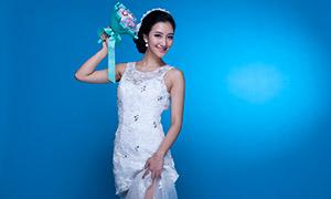 蓝色背景白色婚纱美女摄影原片素材