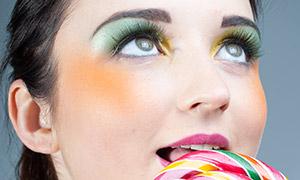 在吃棒棒糖的浓妆美女写真摄影原片