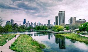乌云下的城市园林景观摄影图片
