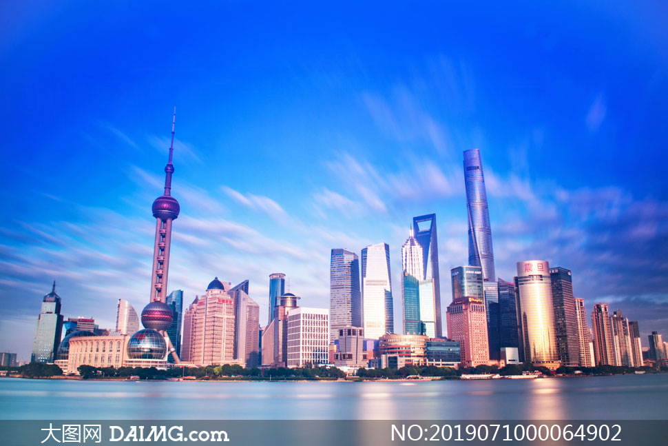 蓝天下的上海外滩美景摄影图片
