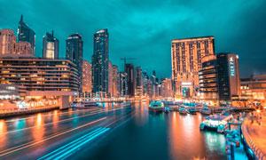 乌云下的城市河流和夜景摄影图片