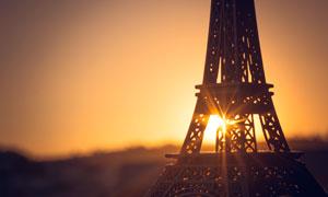 夕阳下的埃菲尔铁塔摄影图片