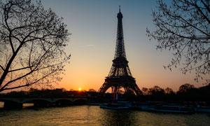 落日下的埃菲尔铁塔摄影图片