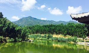 蓝天下的山林和湖泊摄影图片