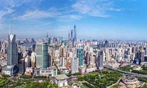 蓝天下的城市建筑和园林摄影图片