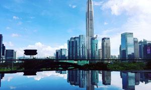 湖中的城市景观倒影摄影图片