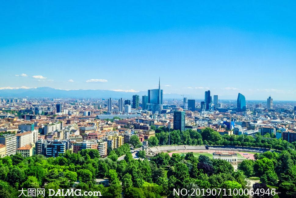 蓝天下的城市建筑和园林高清摄影图片