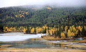 新疆山林下的湖泊浅谈摄影图片