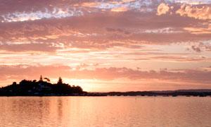 夕阳下平静的湖泊美景摄影图片