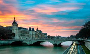 黄昏下桥梁和欧式城堡摄影图片