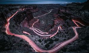 戈壁上的地形地貌和公路摄影图片